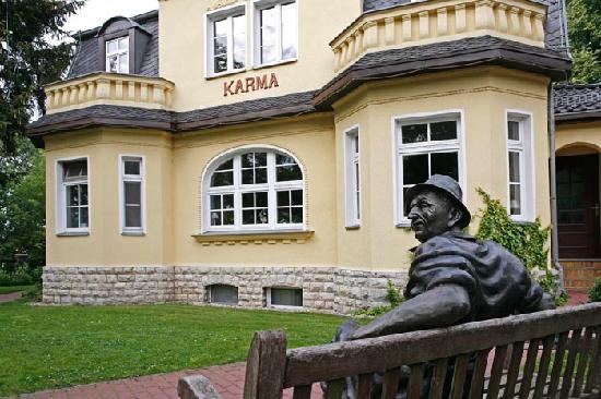 Vorgarten  Vorgarten zur Straße - Picture of Karma am See, Gruenheide ...