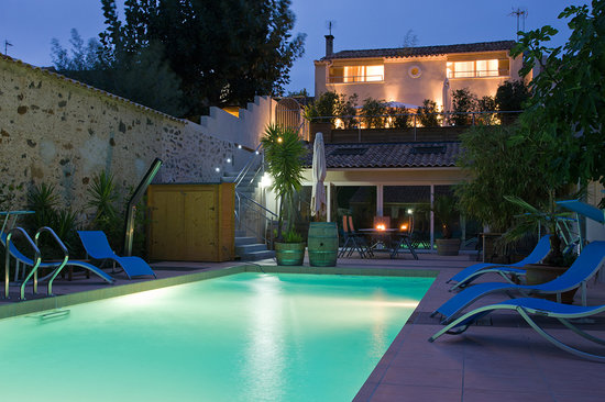 Petit Hotel Marseillan: pool position by night