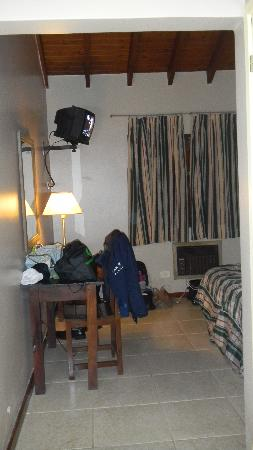 Marcopolo Suites Iguazu: Desk and TV