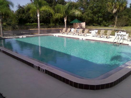 Days Inn Kissimmee West: Crystal clear blue pool!