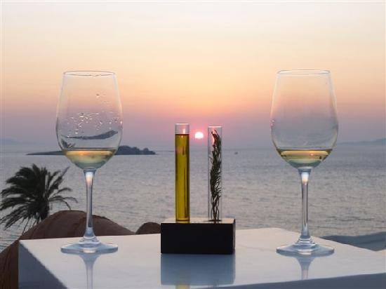 Bill U0026 Coo Suites And Lounge : Por Do Sol, Vinho E Piscina