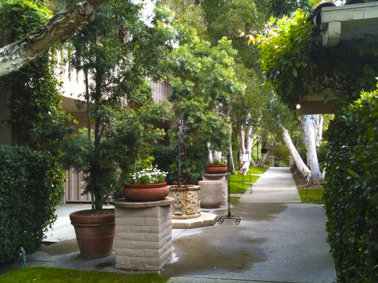 Rancho Bernardo Inn: WALKWAY TO ROOM