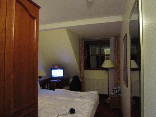 H+ Hotel Nuernberg: Fernseher und Fenster