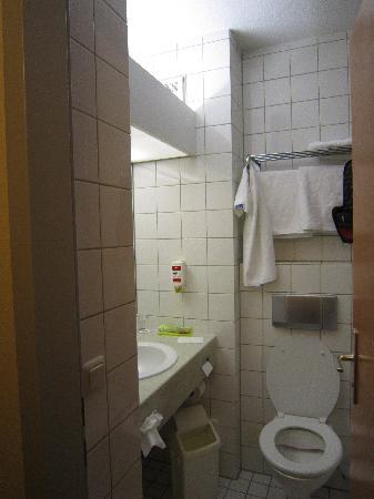 H+ Hotel Nuernberg: Waschtisch und Toilette