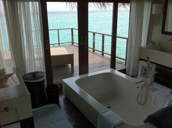 Coco Bodu Hithi: Our massive tub!