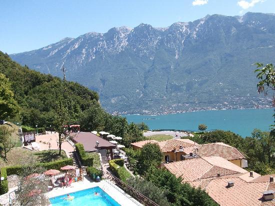 Gardola, Италия: udsigten mod hotellet fra vejen til byen ovenfor