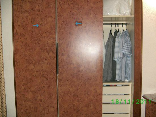 Hotel Rosamar: Espace rangement habilement dissimulé