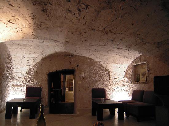 Le Couvent d'Herepian: salle du bar à vins sous les voutes