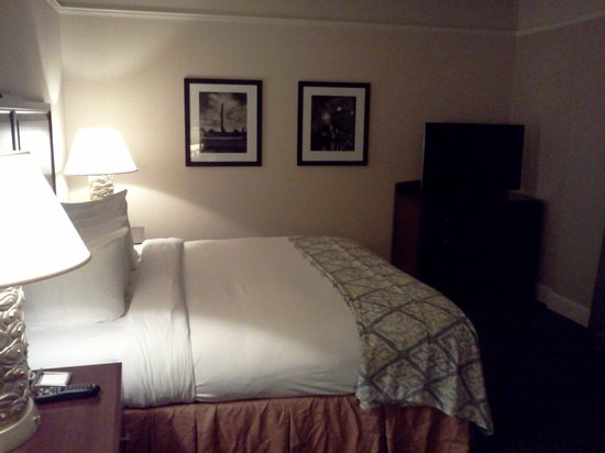Hilton President Kansas City: Bed and television