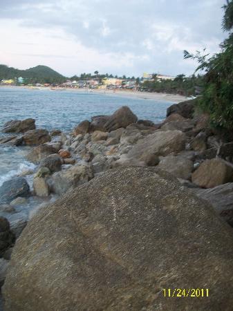 ทามารอว์ บีช รีสอร์ท: rocky road to white beach