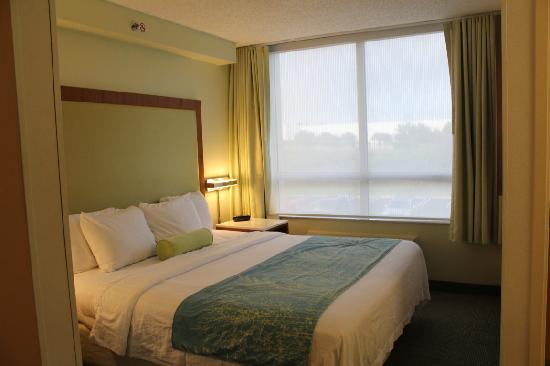 SpringHill Suites Miami Airport South: bed side
