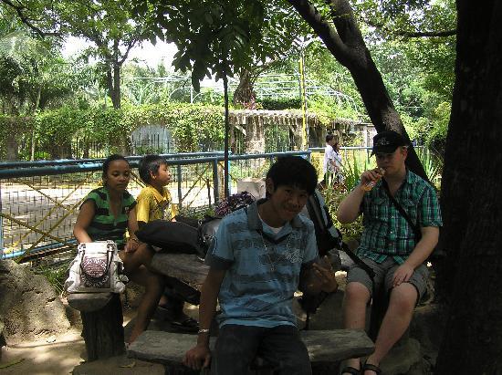 Taman Hutan Tropis: The family around the table