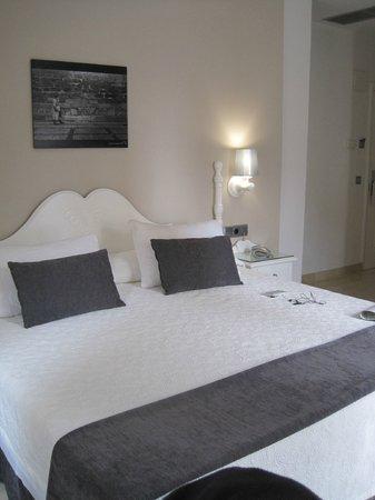Carlos V Hotel: Our Premiun double room.