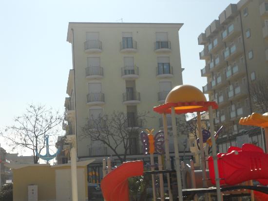 Emilia Hotel: L'hotel visto dalla spiaggia