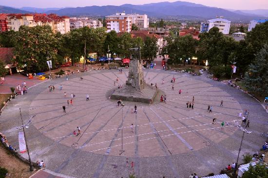 Hotel Botika: Serbian Warriors Square at dusk