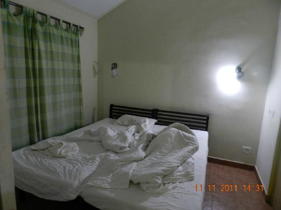 Falling Waters: Poor quality room/bed, dirty bedding n curtain