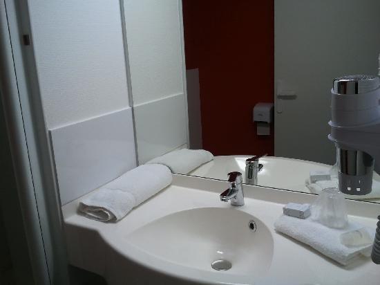 chambre pour handicap photo de hotel clermont estaing clermont ferrand tripadvisor. Black Bedroom Furniture Sets. Home Design Ideas