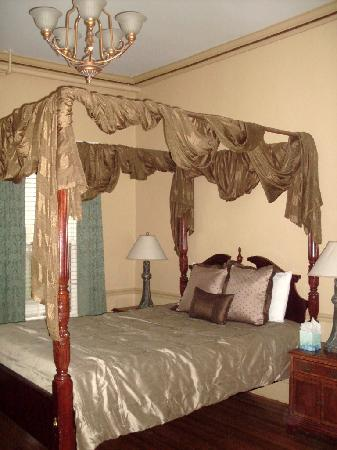 Bellevue House: Queen Room