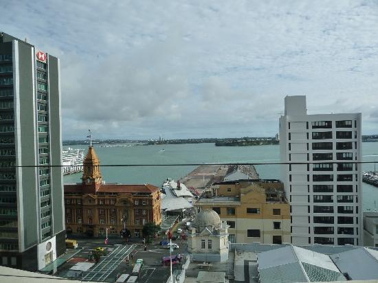 Mercure Auckland : view from the top floor restaurant over the harbour