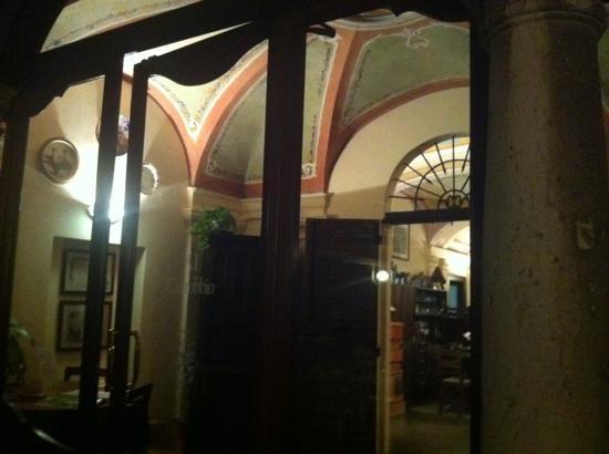 Al Carrobbio : L'ingresso affrescato tra due colonne di marmo... scenografico.