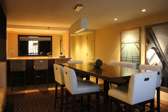 Hyatt Regency O'Hare: Dining area of the VIP Suite