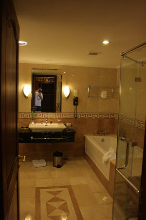 Rex Hotel: Bathroom (Governor Suite)