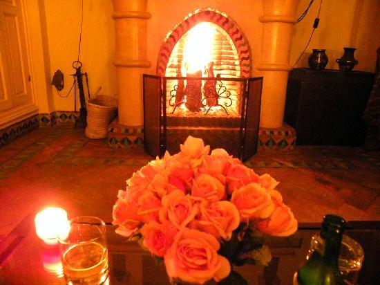 Dar Rhizlane : cheminée dans la chambre
