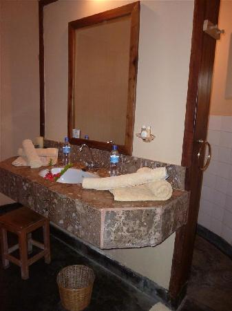 Ngurdoto Lodge : What a bath - the shower behind the washbowl can be entered from both sides