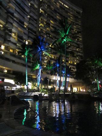Sheraton Waikiki: Pool area at night