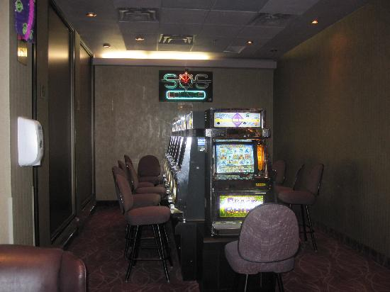 Holiday Inn Winnipeg - Airport West: casino games in Bar