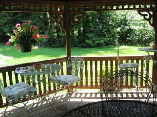 The Centennial House Bed and Breakfast: Gazebo in summer at Centennial House