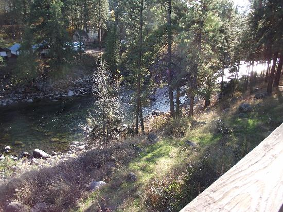 Alpine Rivers Inn: The River right outside our deck.