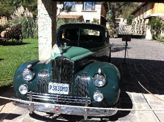 Finca Filadelfia Coffee Resort & Tours: Precioso y bien conservado auto de coleccion frenta al Lobby del hotel