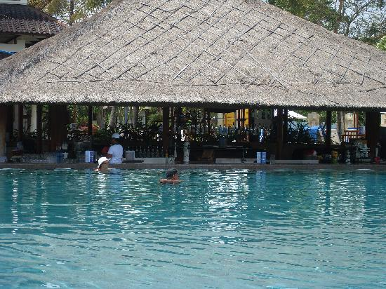 Discovery Kartika Plaza Hotel: pool bar