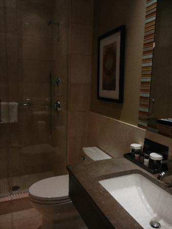 The Pearl Hotel: Bathroom