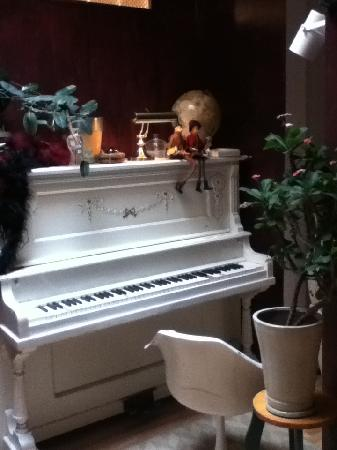 Au Piano Blanc: Piano on the second floor