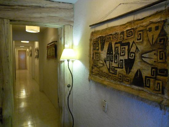 Lo De Max: los pasillos del hostal , decorados con arte rupetre