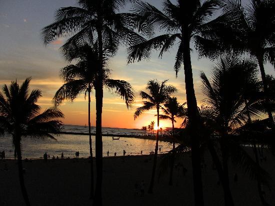 Hilton Hawaiian Village Waikiki Beach Resort : sunset from alili pool deck