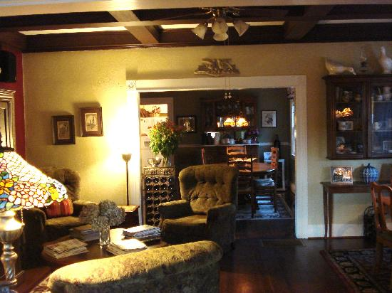 Haydon Street Inn B & B: Sitting room for wine hour