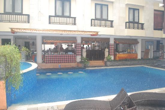 Losari Hotel & Villas: The pool in the rain