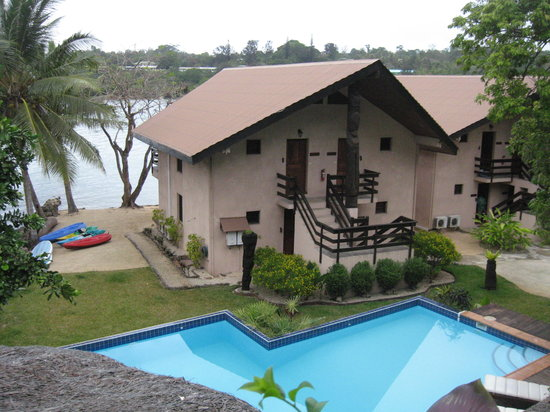 Fatumaru Lodge: On the drivway looking down to the pool and waterfront rooms