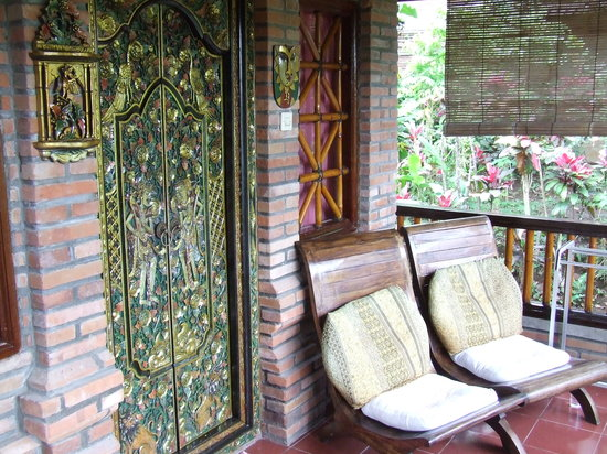 Tiing Gading Bungalows: Balcony with Beautiful Doors to Cottage