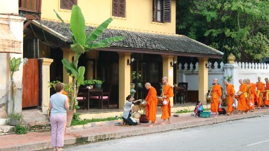 Chang Inn: Das Morgenritual vor dem Hotel