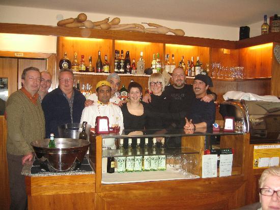 """Osteria da Chichibio: Parte della redazione de """"Il Tornado"""" con il fantastico staff dell' """"Osteria da Chichìbio"""""""