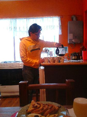 Chillout Flats Bed & Breakfast: David serving breakfast