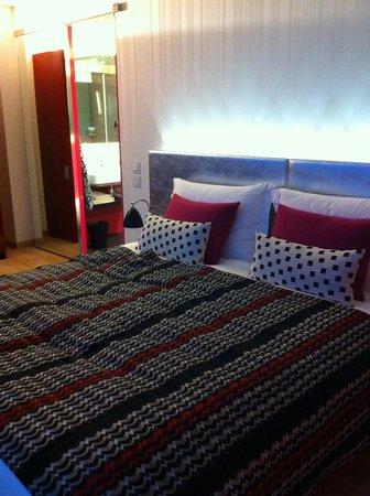 G&V Royal Mile Hotel Edinburgh: huge bed