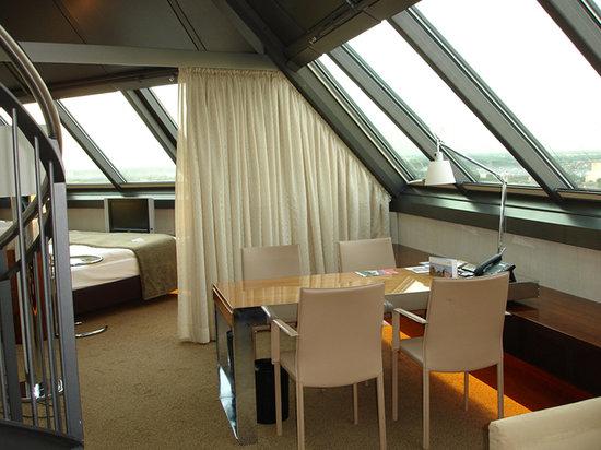 Mövenpick Hotel Hamburg: Lounge thru bedroom