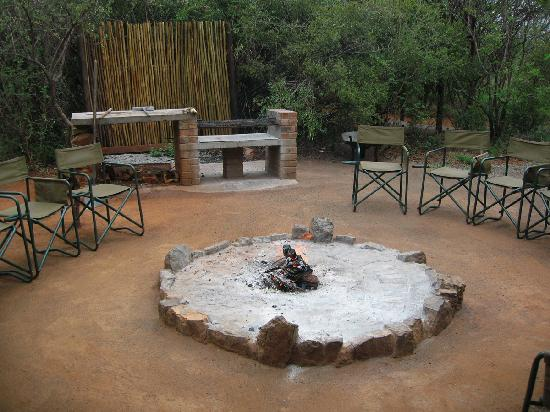 Mosetlha Bush Camp & Eco Lodge: The camp fire - getting coals ready for lunch