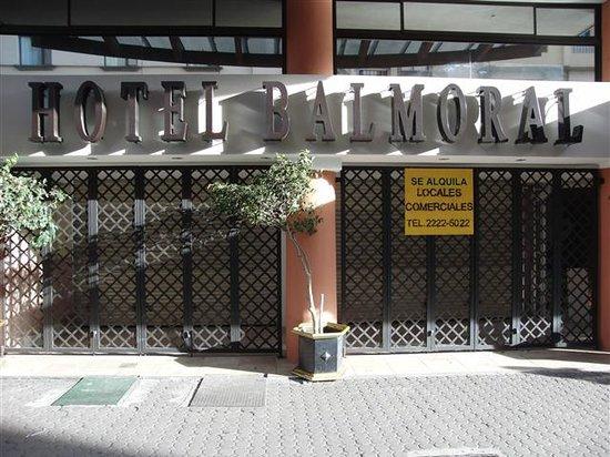Balmoral Hotel:                                                                         Der Haupteingang verrieg