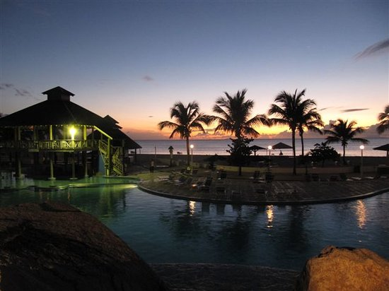 Jolly Beach Resort & Spa : Sunset at the pool - Jolly Beach Resort